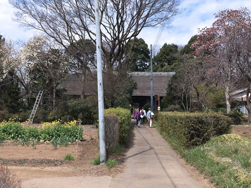 歴史を感じる建物や、竹林、堀のそばを歩き抜ける。