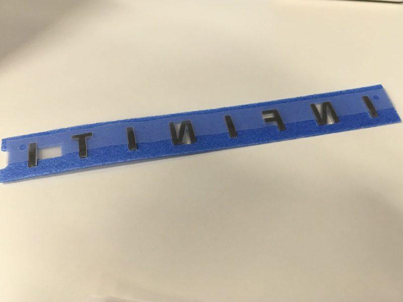 エンブレムの裏側には、両面接着できるアクリルフォームテープが
