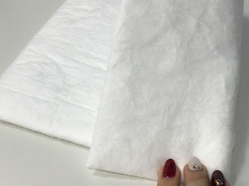 ふわっとした素材。片面は繊維がむき出し、もう片面には不織布が貼り付けてあり、扱いやすそう