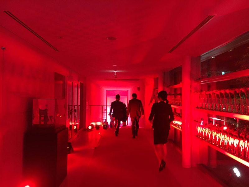 会場へ向かう廊下。スペインをイメージする、赤の世界