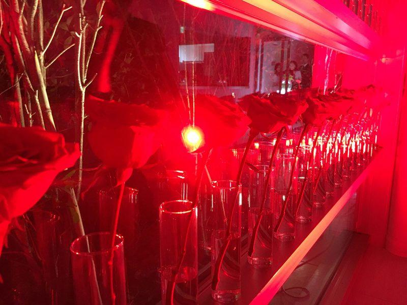 シンプルな花器で、バラやカーネーションの赤を強調